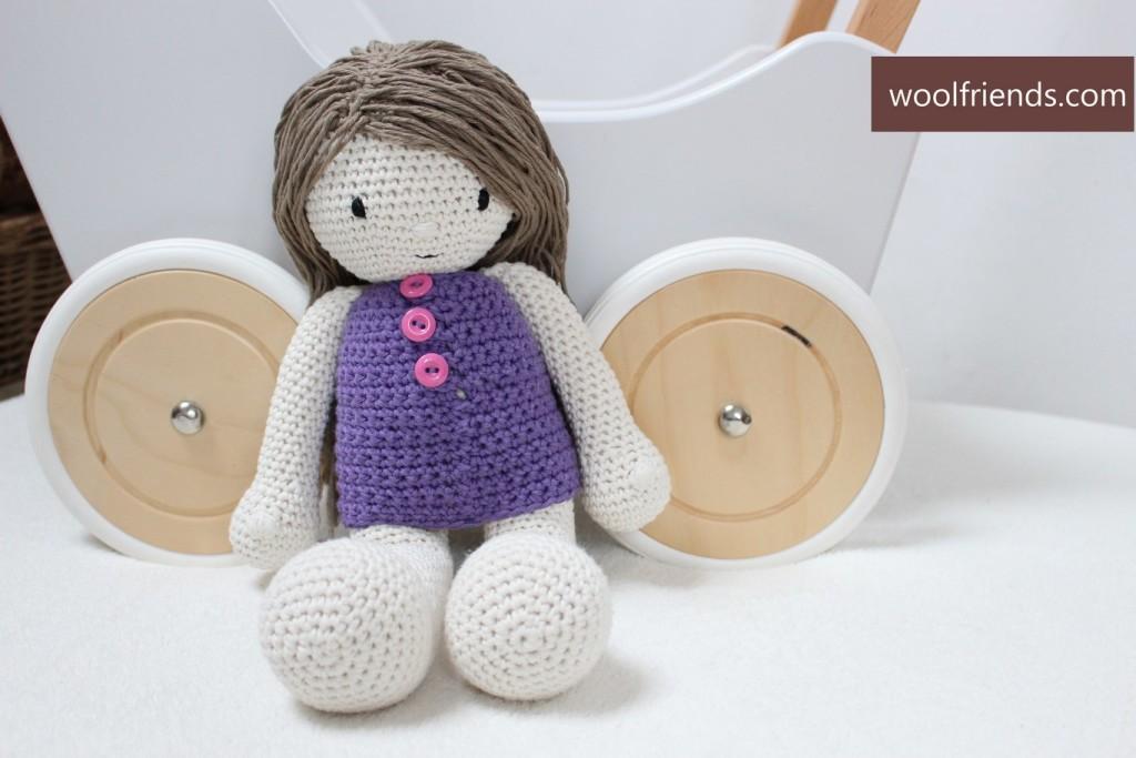 lalka na szydelku w fioletowej sukience