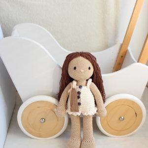 Lalka Emi w kremowej sukience