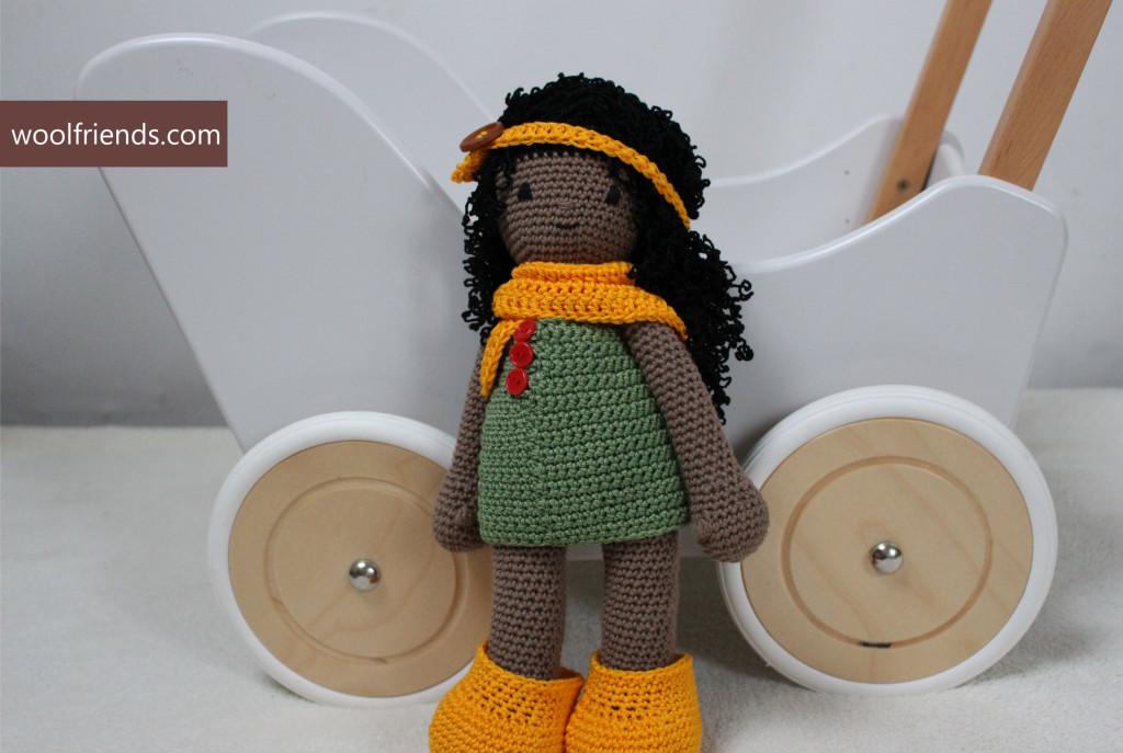 lalka szydelkowa z zoltymi dodatkami