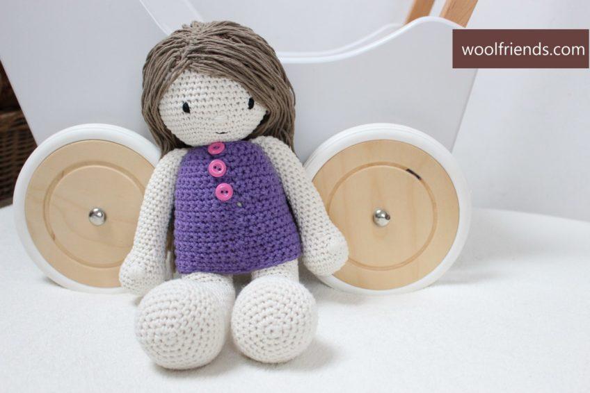 Szydełkowa lalka w fioletowej sukience