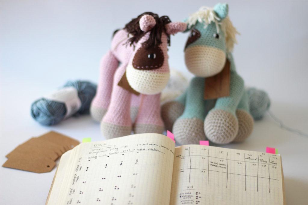 Wspólne szydełkowanie konika - koniki i notes