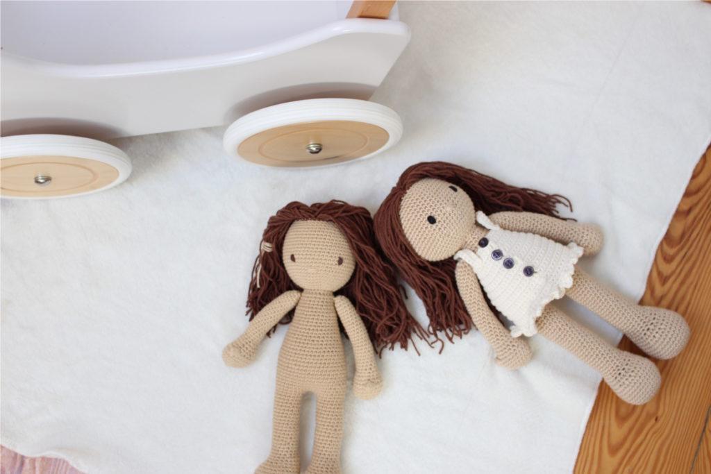 lalki szydelkowe obok wozka