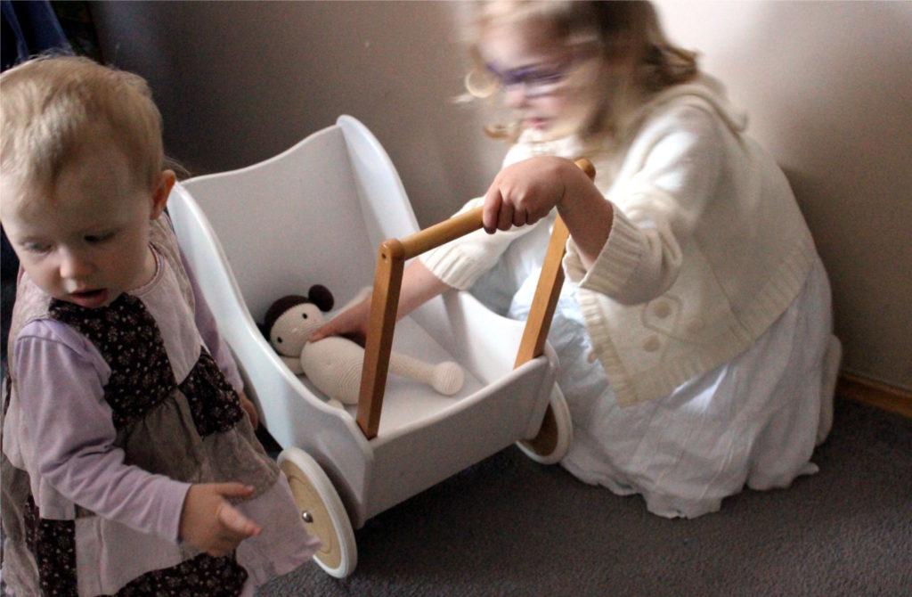 lalka bobas szydelkowa pod fachowa opieka dziewczynek