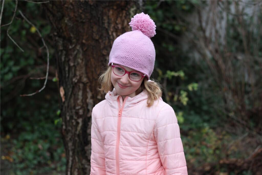 czapka szydelkowa z pomponem zrobiona przez 8-letnie dziecko